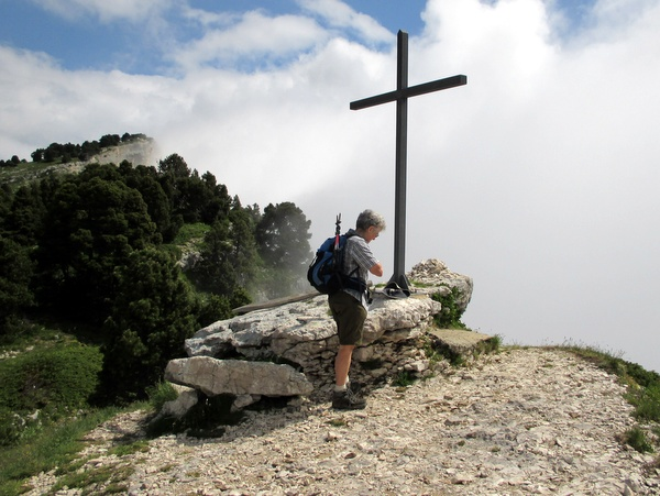 Photograph of the cross at the head of the Passage de l'Aup du Seuil looking north